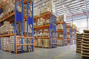 almacén con bastidores multicapa en una fábrica