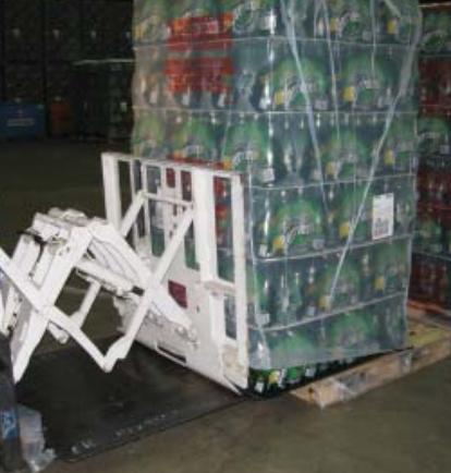 Uso del accesorio de empuje de la carretilla elevadora en la industria de bebidas