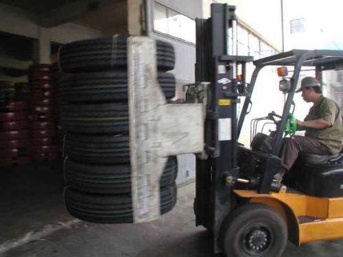 Abrazadera de neumático con carretilla elevadora